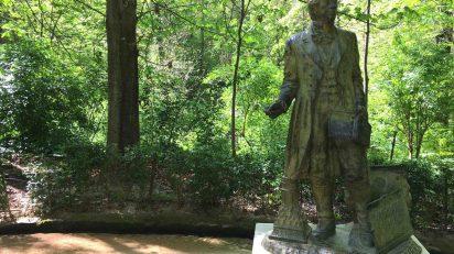 Estatua dedicada a Washington Irving en la Alhambra.