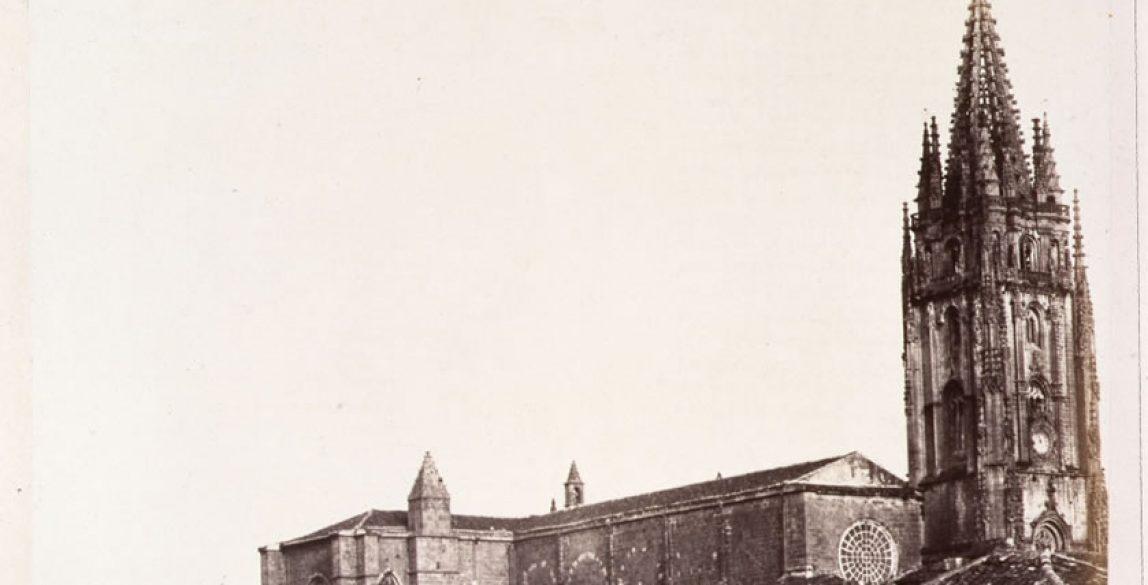 Charles Clifford, vista de la calle San Juan y la torre de la catedral de Oviedo, 1854.