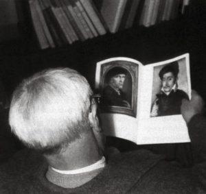 Giorgio Morandi hojeando una publicación de arte [detalle]. Foto: Libero Grandi. © Giorgio Morandi, VEGAP, Bilbao, 2019.