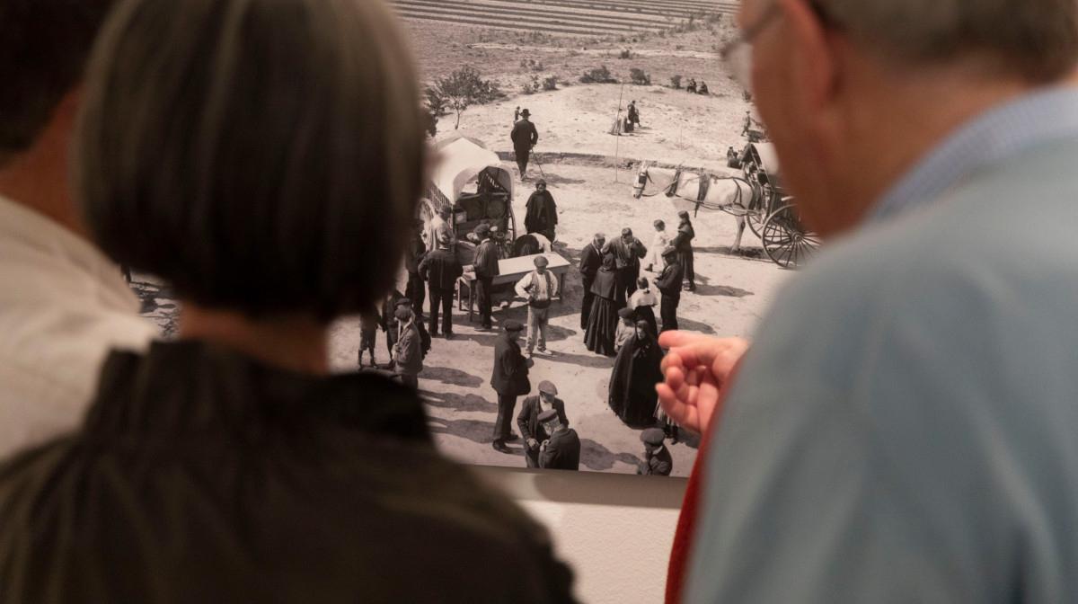 Exposición de Rodolfo Albasini. Público en la sala de exposiciones de la Diputación de Huesca. J.B.