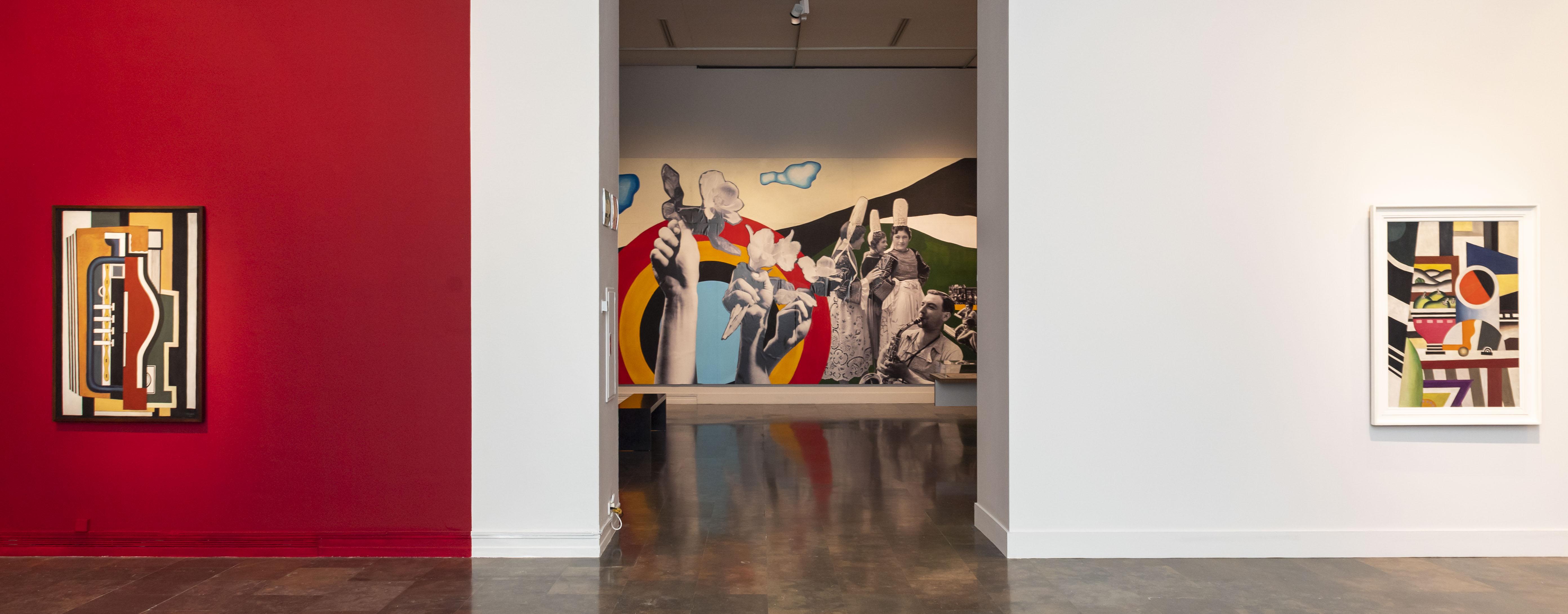 Vista de sala con el mural 'Joies essentielles' al fondo.
