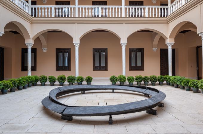 La obra 'Anillos de humo 2: Túneles concéntricos sesgados, no comunicantes', de 1980, preside el patio central del Museo Picasso Málaga.