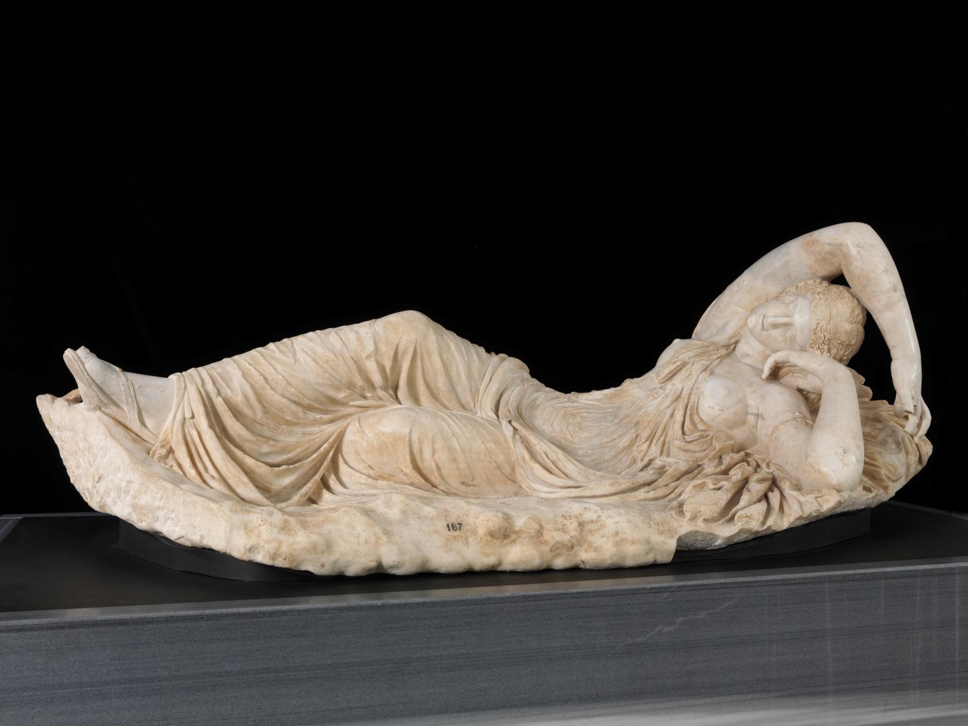 Ariadna dormida. 150 - 175. Mármol blanco, 99 x 238 cm. Museo del Prado.