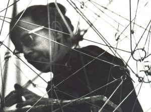 Gego en su reticulárea, 1969. Foto: CORTESIA JUAN SANTANA.