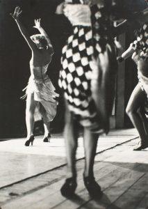 Oriol Maspons, Mujeres bailando (París), c. 1956. Museu Nacional d'Art de Catalunya, depósito del artista, 2011. © Arxiu fotogràfic Oriol Maspons, VEGAP, Barcelona, 2019.