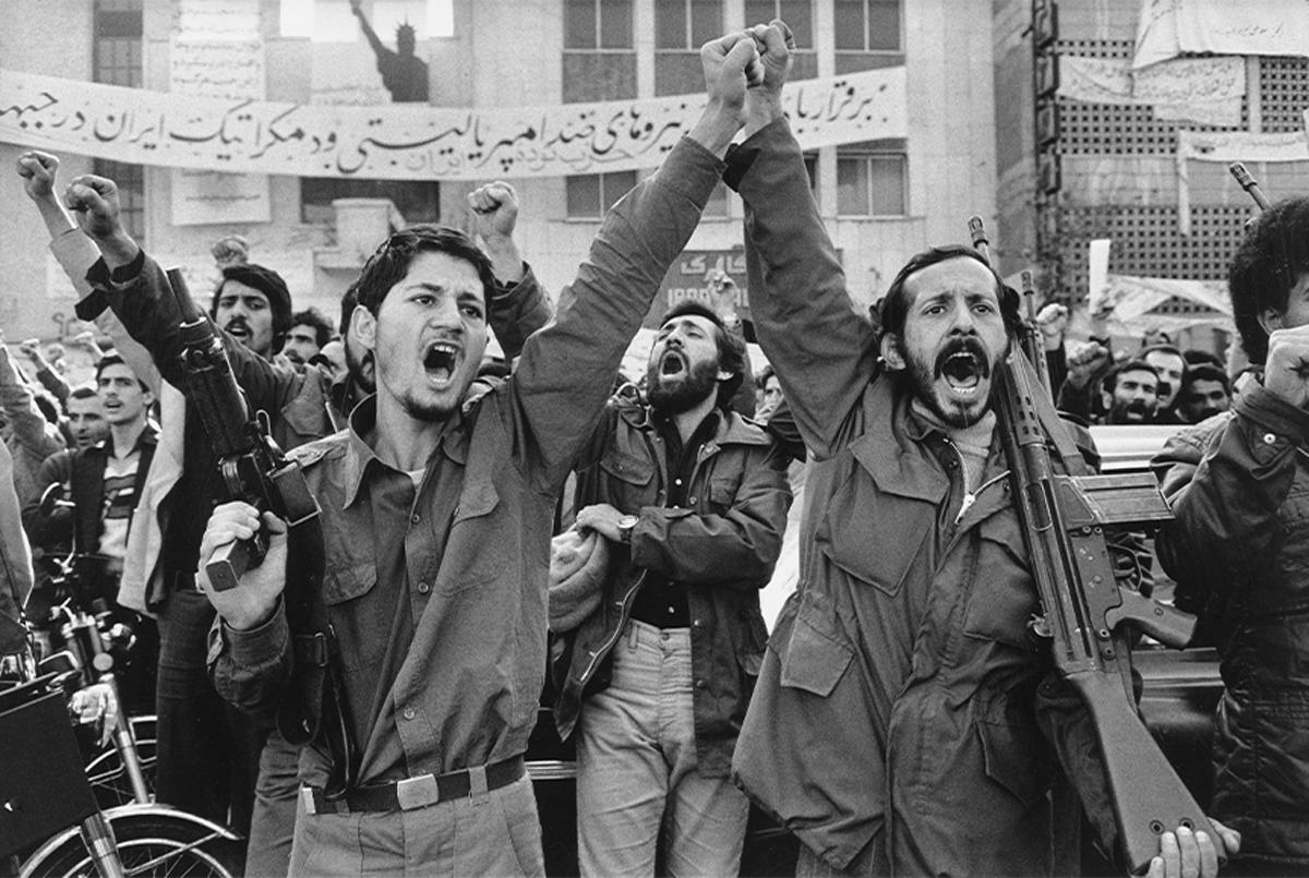 Abbas. Militantes armados delante de la embajada de Estados Unidos en Teherán durante la toma de rehenes iniciada el 4 de noviembre de 1979, 1979. Collection Centre Pompidou, París. Musée national d'art moderne - Centre de création industrielle. ©Abbas / Magnum Photos.