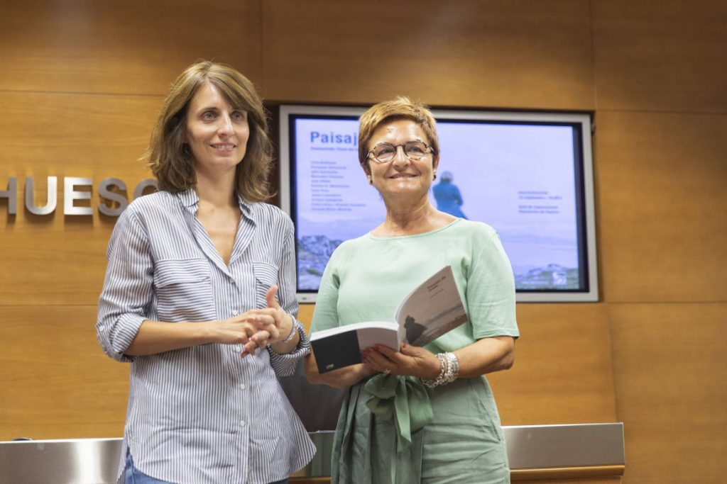 Elena del Diego y Maribel de Pablo, con el catálogo de la exposición en sus manos. J. BROTO