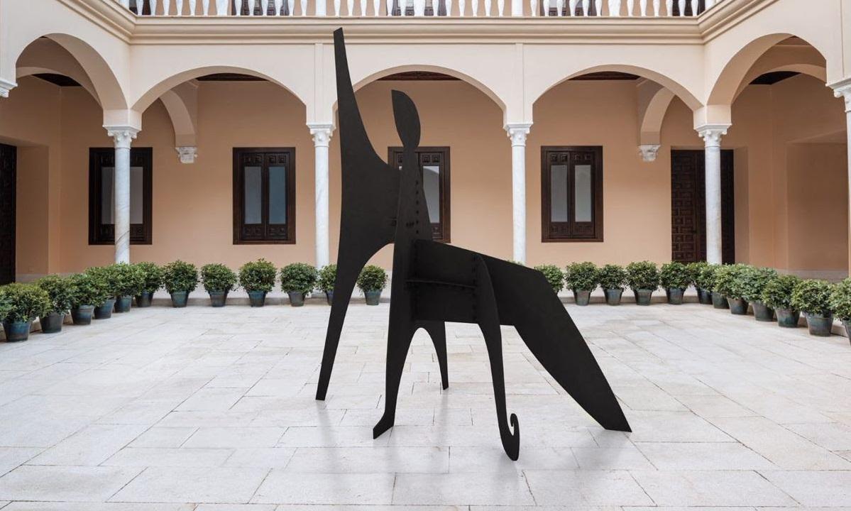 Una imagen del patio del Museo Picasso Málaga, en donde durante todo el periodo de la exposición 'Calder-Picasso' se ha instalado la escultura 'Sabot' (1963) de Alexander Calder. © 2019 Calder Foundation, New York/VEGAP, Madrid © Museo Picasso Málaga.
