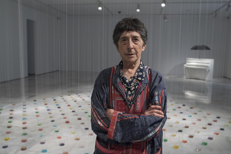 Esther Ferrer en el CAAM junto a la obra 'La parte de los ángeles'.