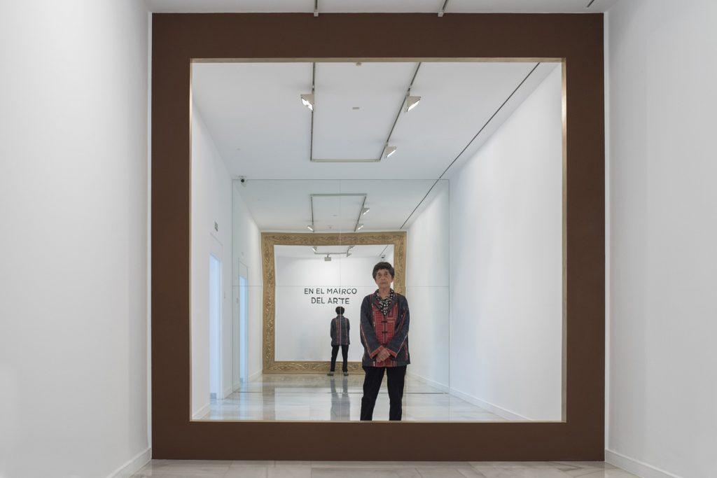 Esther Ferrer en el CAAM junto a su obra 'En el marco del arte', 1999.