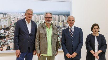 En la foto, de izquierda a derecha: Thomas Weski , comisario; Thomas Struth, artista; Juan Ignacio Vidarte, director general del Museo Guggenheim Bilbao, y Lucía Agirre, comisaria.