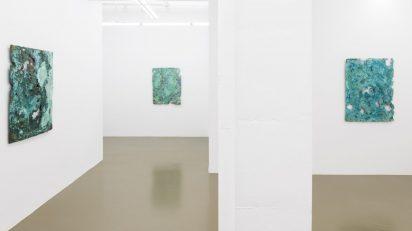 A Kassen presenta en Maisterravalbuena la exposición 'Pinturas de bronce'.