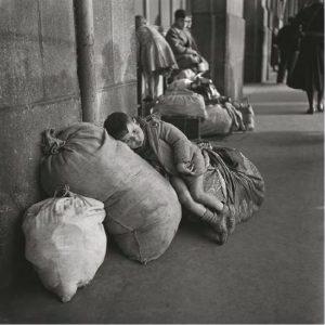 Niño con fardos, en la estación de Matabiau, Toulouse (Francia), sobre 1939. GERMAINE CHAUMEL FONDO FOTOGRÁFICO MARTÍNEZ CHAUMEL.
