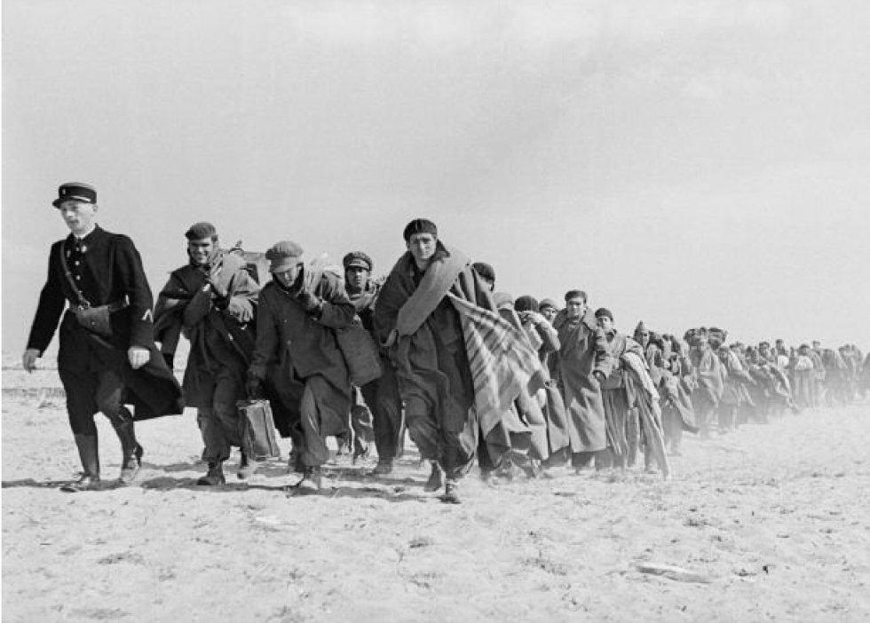 Soldados republicanos y civiles exiliados entre los campos de Argelès-sur-Mer y Le Barcarès (Francia), marzo de 1939. ROBERT CAPA ICP MAGNUM PHOTOS / CONTACTO.