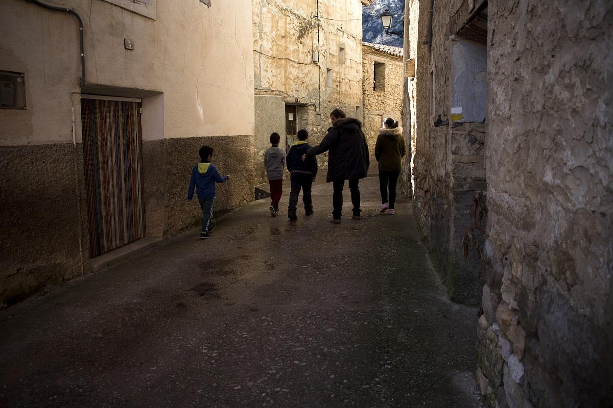 España, Teruel, comarca del Maestrazgo, Pitarque. El maestro Alberto Toro, con sus alumnos (de dcha. a izda.) Begoña, Eloy, Ismael y Achraf. © Navia.