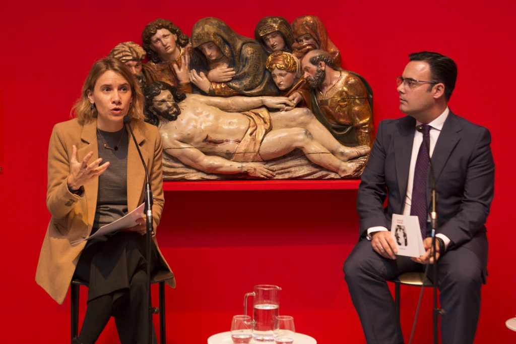 La comisaria, Érika Goyarrola, y el director de CaixaForum Sevilla, Moisés Roiz, presentan la exposición 'Poéticas de la emoción'.