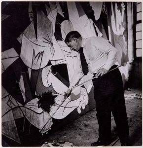 Pablo Picasso de pie trabajando en Guernica en su taller de los Grands-Augustins, mayo-junio 1937. Foto: Dora Maar. Museo Nacional Centro de Arte Reina Sofía, Madrid. © Sucesión Pablo Picasso, VEGAP, Madrid 2017.