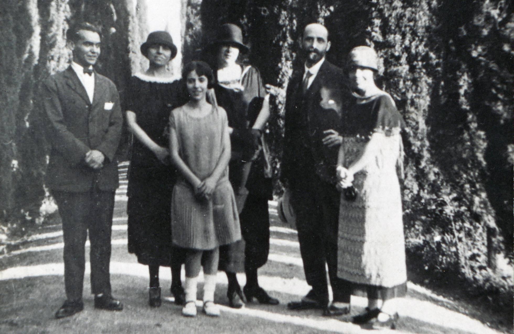 De izquierda a derecha, Federico García Lorca, Zenobia Camprubí, Isabel García Lorca, Emilia Llanos y Juan Ramón Jiménez y Concha García Lorca en Granada en 1924. FUNDACIÓN FEDERICO GARCÍA LORCA.