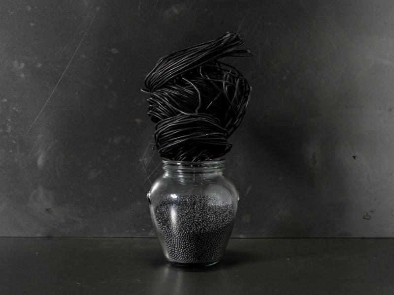 Stefano Bonacci. Invaso, 1995. Cristal, plomo y alambre de hierro. 10 x 12 x 24 cm. Cortesía galería Lucía Mendoza.
