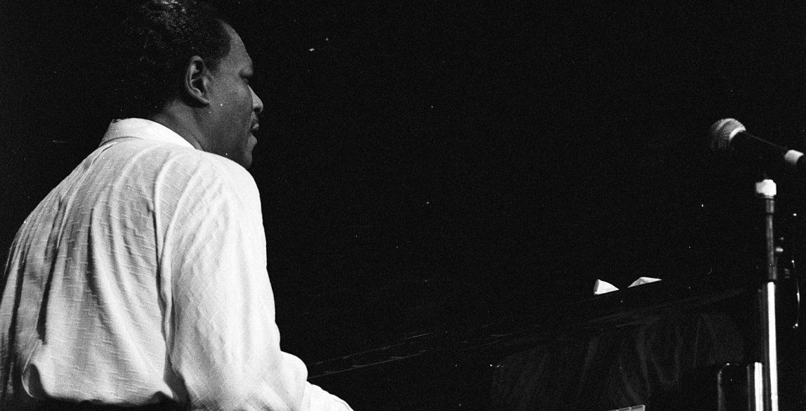 Le pianiste américain de jazz McCoy Tyner en concert à Deauville (Normandie, France) en 1989. De Roland Godefroy - Trabajo propio, CC BY 2.5, https://commons.wikimedia.org/w/index.php?curid=1858359