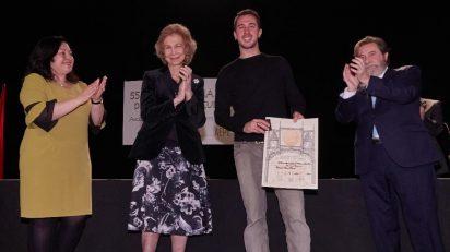 Doña Sofía entrega el diploma acreditativo al ganador del 55 Premio Reina Sofía de Pintura y Escultura, Manuel Díaz Meré.
