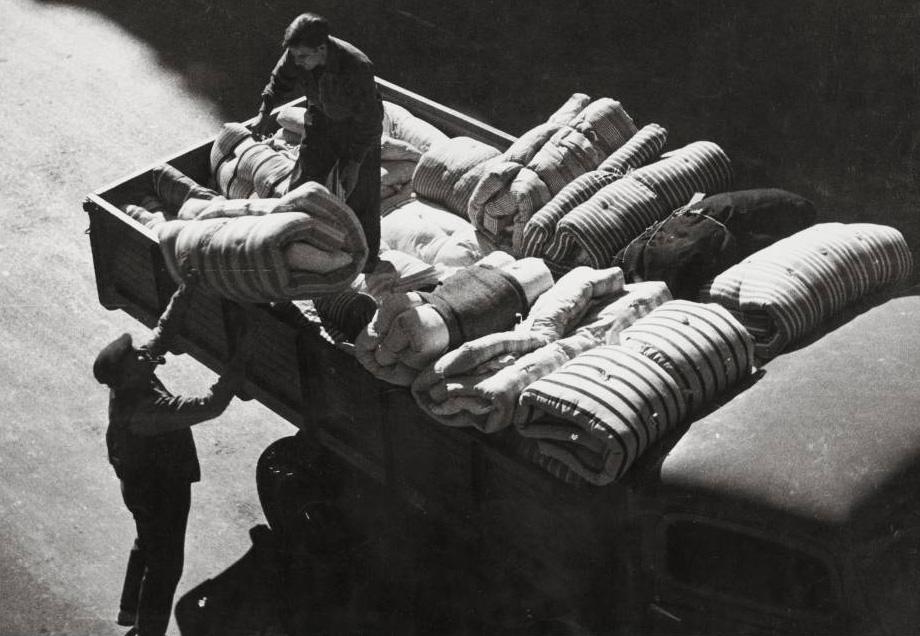 Recogida de colchones para los refugiados (1936), de Pérez de Rozas. ARXIU FOTOGRÀFIC DE BARCELONA.