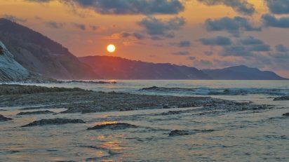 Playa de Sakoneta, marea alta. © Luis Domingo.
