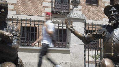 Estatuas de Don Quijote y Sancho frente a la casa natal de Cervantes.