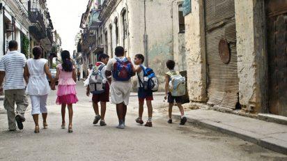 children_school_walk_people_street_old_yesteryear_cuba-946165.jpg!d