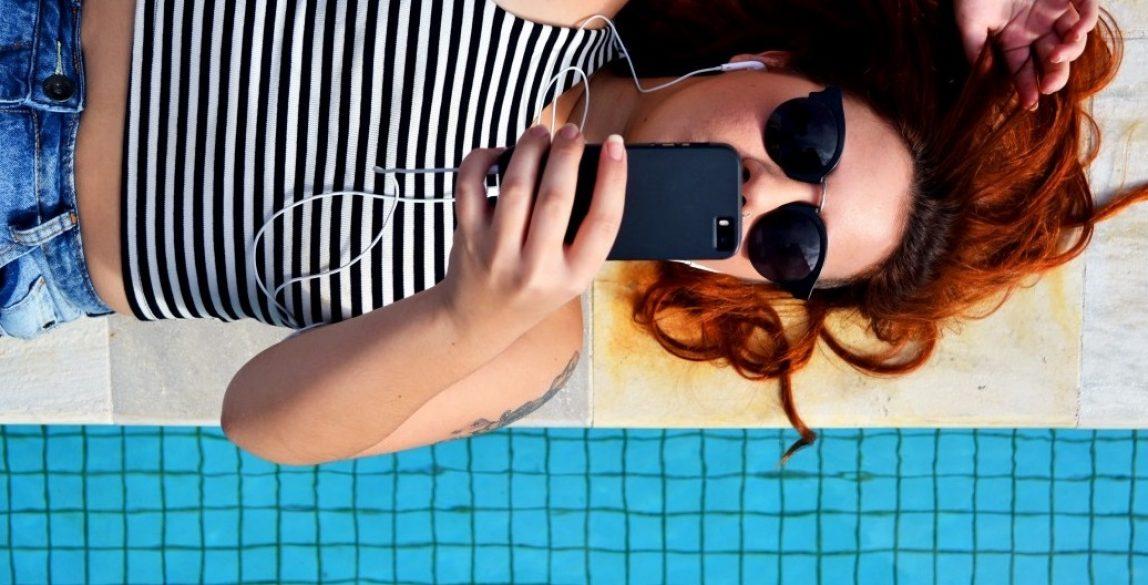 earphones_female_lying_down_music_person_poolside_relaxation_smartphone-1179718.jpg!d