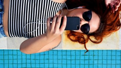 earphones_female_lying_down_music_person_poolside_relaxation_smartphone-1179718.jpg!d
