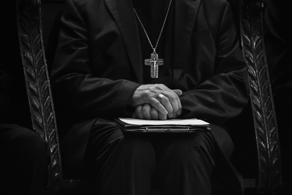 ready_vicar_church_religion_faith_bishop_hands_reflection-660237.jpg!d