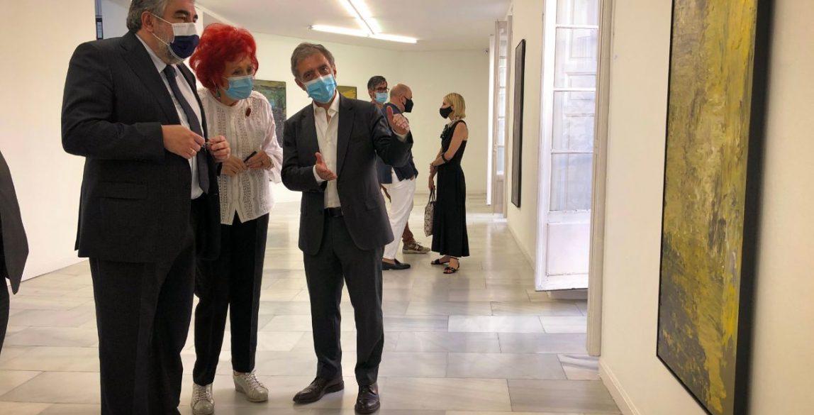 En su paseo, el ministro ha estado acompañado por el secretario general de Cultura, Javier García Fernández, y por el director del Museo Reina Sofía, Manuel Borja-Villel.