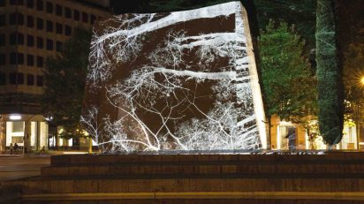El artista visual Javier Riera despliega en la Plaza de Colón su último proyecto, 'Ondulación en sombra'.