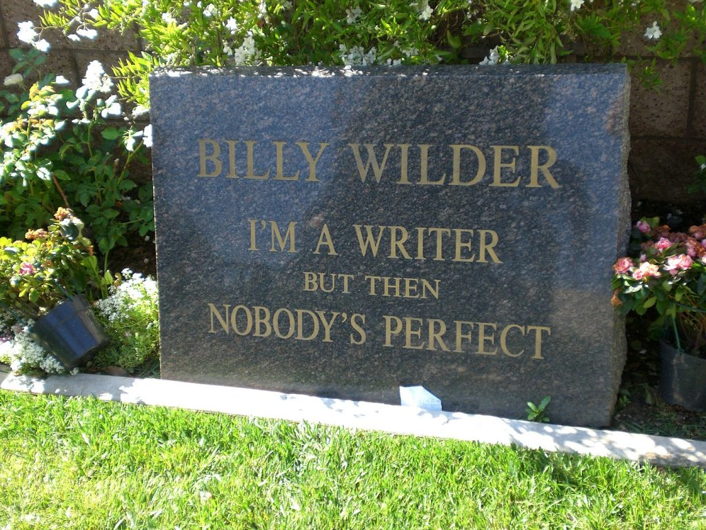 "Lápida de Billy Wilder en Westwood Memorial: ""I'm a writer but then nobody's perfect"" (Soy escritor, pero nadie es perfecto). Foto: Alan Light."