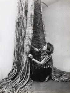 Aurèlia Muñoz al seu taller, 1974. Barcelona. Foto: Pau Barceló.
