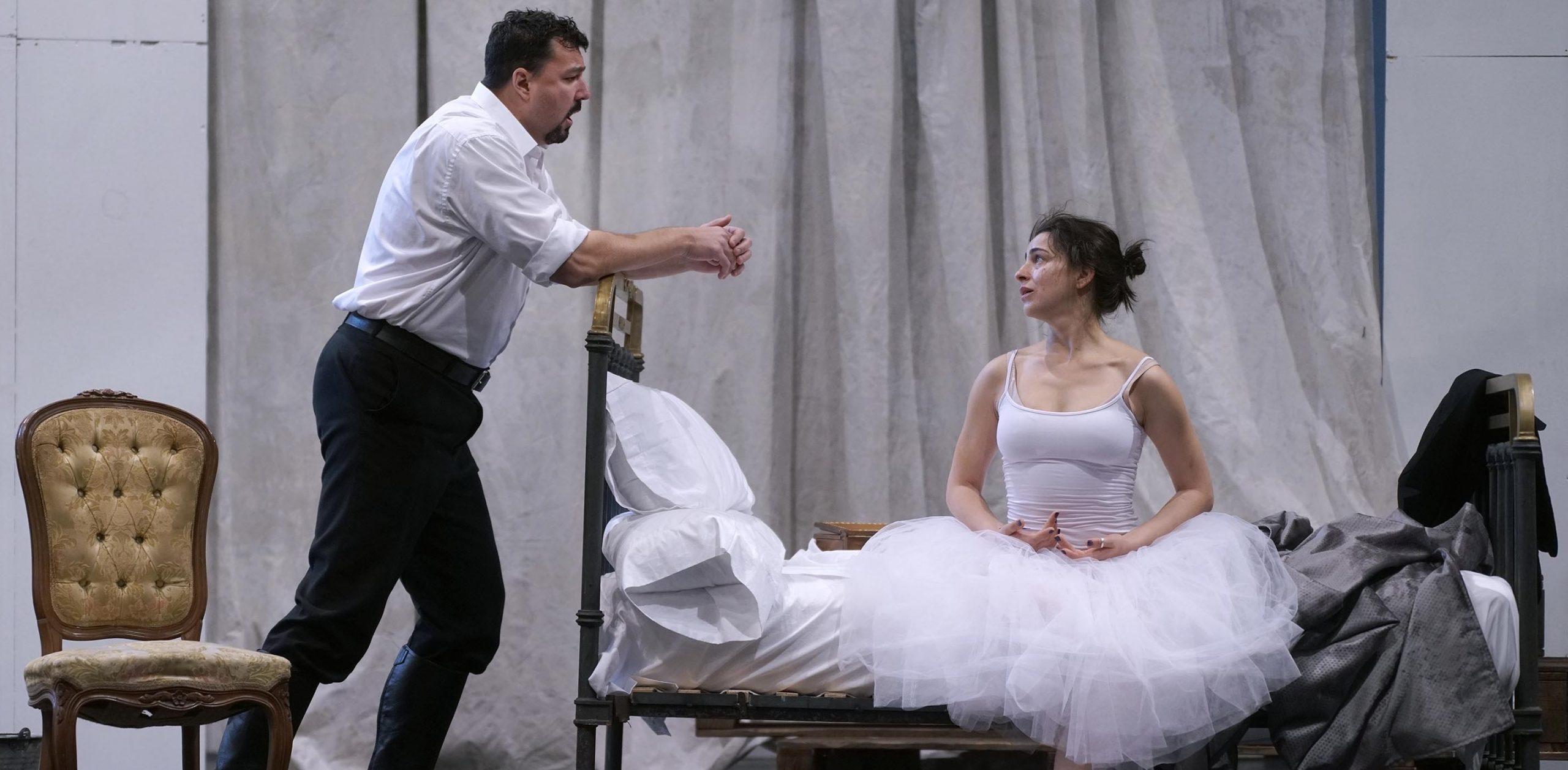 El tenor Eric Cutler (El príncipe) y la soprano Asmik Grigorian (Rusalka). © Javier del Real | Teatro Real.
