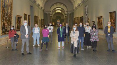 Los artistas y colectivos que participan en el proyecto educativo 'Deslizar' junto al director del Museo del Prado, Miguel Falomir, y a la coordinadora General de Educación del Museo, Ana Moreno. © Museo Nacional del Prado.