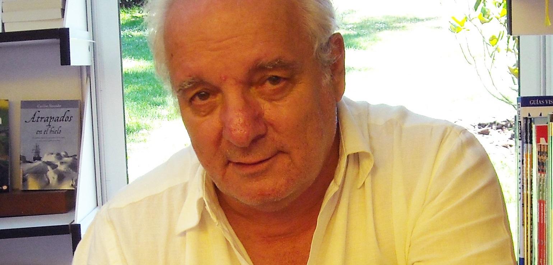 Javier Reverte en la Feria del Libro de Madrid de 2009.