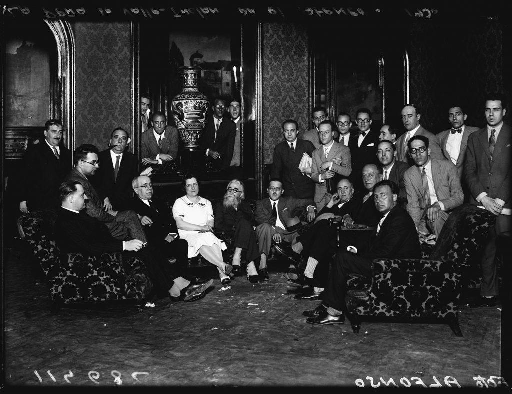 Alfonso Valle-Inclán y Manuel Azaña en la tertulia de la Cacharrería en el Ateneo de Madrid Madrid, c. 1930. Ministerio de Cultura y Deporte. Archivo General de la Administración. FONDO ALFONSO - 047258.