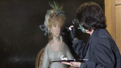 Elisa Mora trabajando en la restauración de 'La condesa de Chinchón' de Goya. Foto © Museo Nacional del Prado.