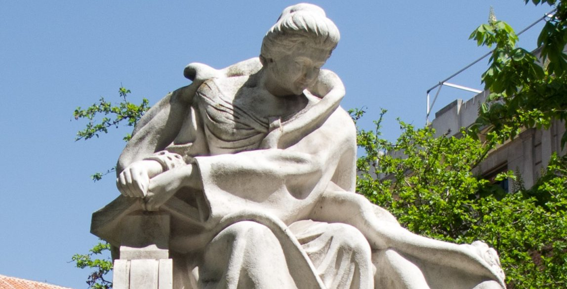Monumento a Emilia Pardo Bazán en la calle Princesa (Madrid), obra del escultor Rafael Vela del Castillo. https://commons.wikimedia.org/w/index.php?curid=14862131