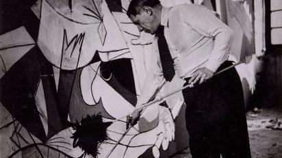 Pablo Picasso trabajando en 'Guernica' en su taller de los Grands-Augustins, mayo-junio 1937. Foto: Dora Maar. Museo Nacional Centro de Arte Reina Sofía, Madrid. © Sucesión Pablo Picasso, VEGAP, Madrid 2017.