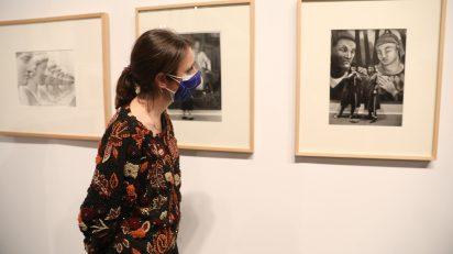 Andrea Levy, delegada del Área de Gobierno de Cultura del Ayuntamiento de Madrid, visita la exposición 'ARCO. Recorridos Fotográficos'.