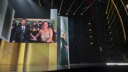 La enfermera Ana María Ruiz anuncia el premio a la mejor película para 'Las niñas'. Foto: © Alberto Ortega. Cortesía de la Academia de Cine.