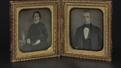 Autoría desconocida. Retratos de una mujer y de un hombre, ca.1840-1860. Estuche con dos daguerrotipos Colección Ángel Fuentes de Cía. © Josep Maria Oliveras.