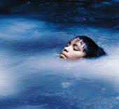 Claudia Andujar. Susi Korihana thëri nadando, Catrimani, Roraima, 1972-1974. © Claudia Andujar.