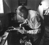 Manolo Millares grabando una de las planchas de 'Antropofauna' en el taller de Gustavo Gili en Barcelona, 1970. © Cortesía de Editorial Gustavo Gili S.L. Foto: Tony Vidal.