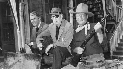 John Ford entre las estrellas de 'El hombre que mató a Liberty Valance', James Stewart y John Wayne.