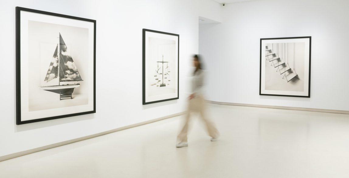 Vista de la exposición de Chema Madoz, © Ceniza, cortesía de la Galería Elvira González.